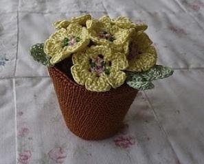 Maceta con flores a crochet